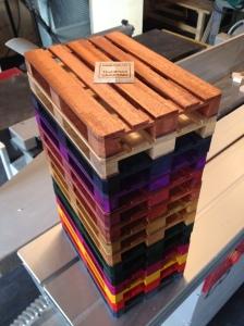 Minipallen kan fås i et utall farger i beiset bjørk, og i en luksusvariant i mahogny.